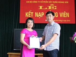 Chi bộ Công ty cổ phần xây dựng Hoàng Sơn kết nạp đảng viên mới.