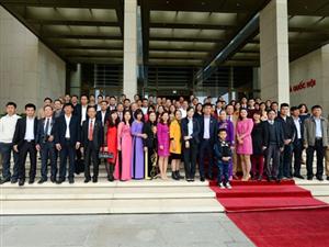 Đoàn Đại biểu Hiệp hội doanh nghiệp Hòa Bình và Công ty Hoàng Sơn thăm quan tòa nhà Quốc hội.