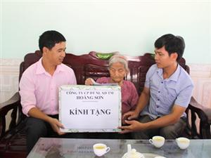 Đại diện lãnh đạo Công ty Hoàng Sơn thăm hỏi phụng dưỡng mẹ Việt Nam anh hùng Đinh Thị Nhong - 100 tuổi trú tại Xóm Dương II, Xã Ngọc Lương, Huyện Yên Thủy, Tỉnh Hòa Bình.