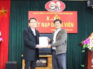 Chi bộ Công ty tổ chức lễ kết nạp đảng viên mới Trần Tuấn Đức.