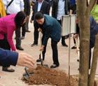Chủ tịch Quốc hội Nguyễn Thị Kim Ngân trồng cây lưu niệm tại Văn bia Lê Lợi - di tích lịch sử văn hóa 600 năm - Đền Thác Bờ.