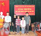 Tặng thưởng học sinh nghèo vươn lên học giỏi tại xã Ngòi Hoa, huyện Tân Lạc, Hòa Bình