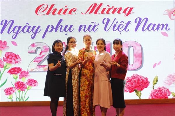 Các nhân viên nữ của công ty chụp ảnh kỉ niệm
